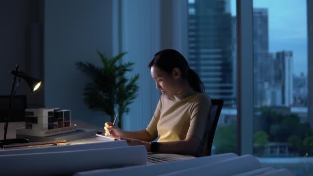 woman working late at night - работа допоздна стоковые видео и кадры b-roll