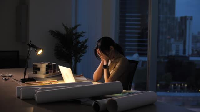 職場で朝まで遅くまで働く女性、一生懸命働く - 女性 落ち込む点の映像素材/bロール