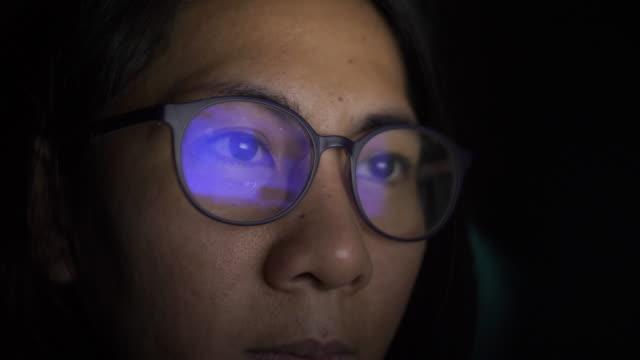 woman working on bed at night - работа допоздна стоковые видео и кадры b-roll