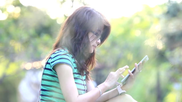 stockvideo's en b-roll-footage met woman working with tablet - ridderlijkheid