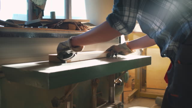woman working with wood - levigatrice video stock e b–roll