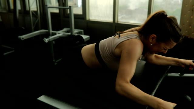 stockvideo's en b-roll-footage met vrouw training in de sportschool - bankdruktoestel