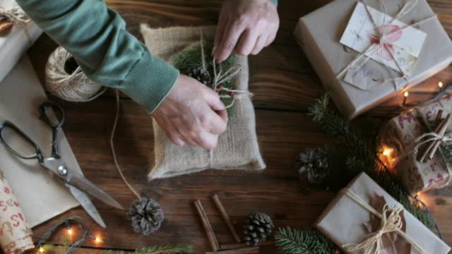 女人包裝聖誕禮物。 - 自製的 個影片檔及 b 捲影像