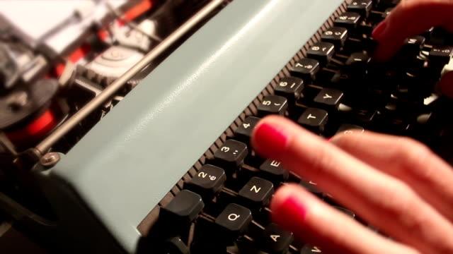 donna di scrivere newsletter - newsletter video stock e b–roll
