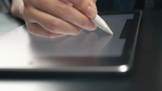 woman writer skriver artikel för sin blogg på digital tablet. - realtid bildbanksvideor och videomaterial från bakom kulisserna