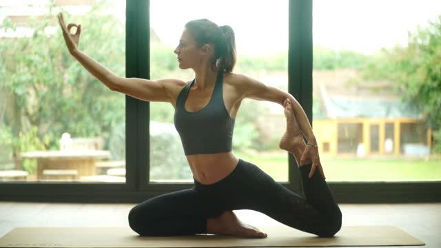vidéos et rushes de étirement de yoga de femme - 30 34 ans