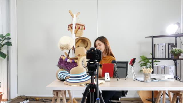 vídeos de stock e filmes b-roll de woman youtuber making footage in studio - músculo humano