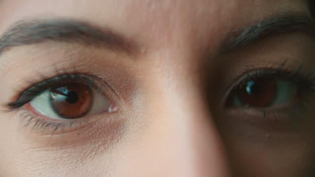 女性の目元とブラウンの点滅 折り目 を笑顔、ディテール - まつげ点の映像素材/bロール
