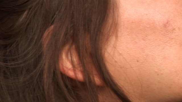 stockvideo's en b-roll-footage met hd: woman's ear - ear