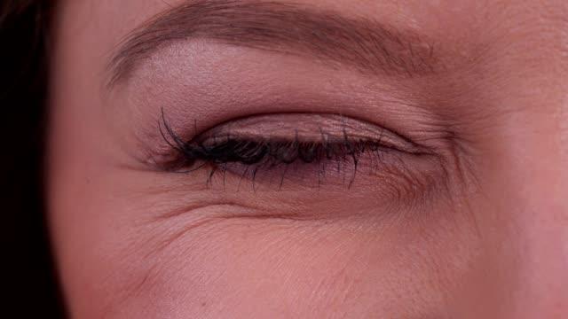 Das Auge der Frau winkt – Video