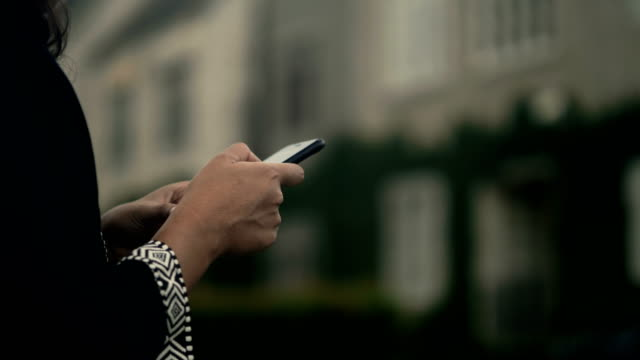 woman's hand and using phone in garden - 40 49 lat filmów i materiałów b-roll