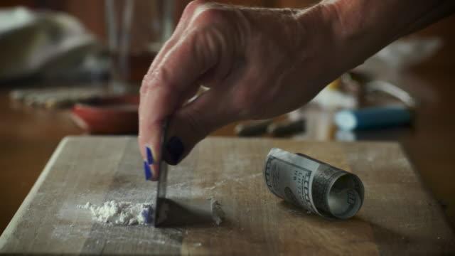 kvinnans handtillverkning av vitt pulver läkemedel såsom kokain eller oxykodon - amfetamin pills bildbanksvideor och videomaterial från bakom kulisserna