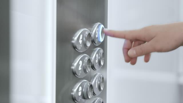 SLO, MO, DS Woman's hand drücken Aufzug Knopf – Video