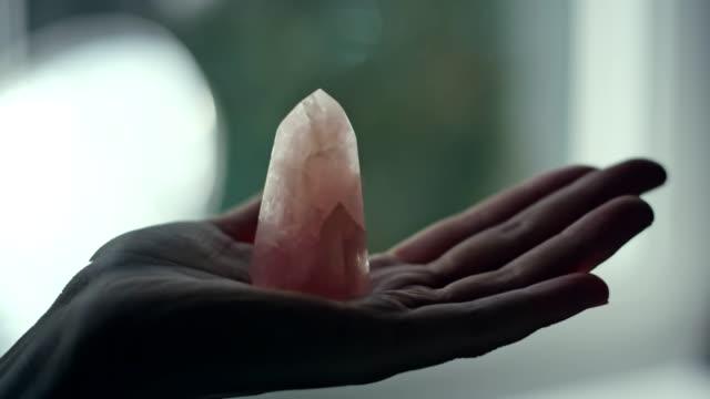 kadın eli ile şifa bir kristal. - kristal stok videoları ve detay görüntü çekimi