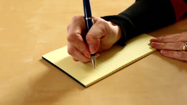 """donna di scrittura a mano """"fare"""" elenco - to do list video stock e b–roll"""