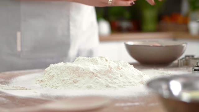 vidéos et rushes de mains de femme cassant un oeuf - boulanger