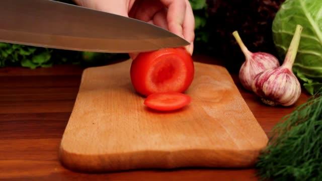 stockvideo's en b-roll-footage met woman's hands cut tomato on a wooden board - venkel