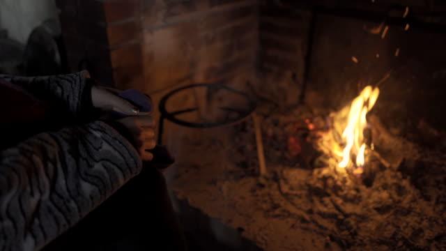 女性の手に火 - 田舎のライフスタイル点の映像素材/bロール