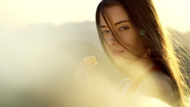癒しの結晶を持つ女性の頭 - スキンケア点の映像素材/bロール