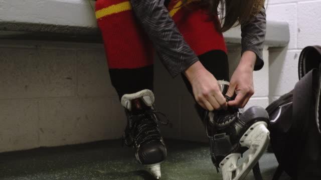 kobieca drużyna hokejowa w szatni - łyżwa filmów i materiałów b-roll