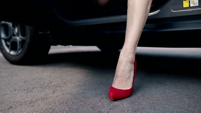 stockvideo's en b-roll-footage met benen van de vrouw in rode hoge hakken intensivering van auto - slank
