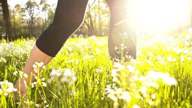 SLO MO Frau Beine auf dem Rasen – Video