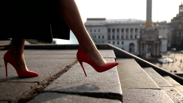 woman's legs stepping down on stairway in city - fare un passo video stock e b–roll
