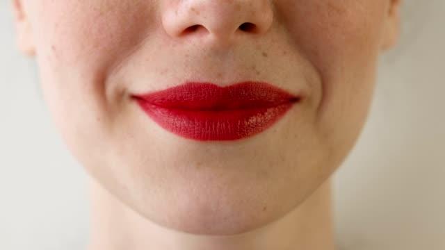 frau roten lippen nahaufnahme. - lippenstift stock-videos und b-roll-filmmaterial