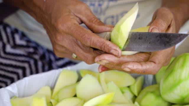 le donne tagliano i manghi - filippino video stock e b–roll