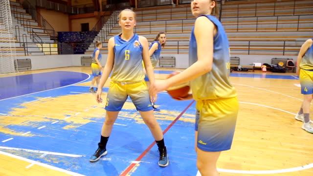 vídeos de stock e filmes b-roll de women basketball lay up - equipamento desportivo
