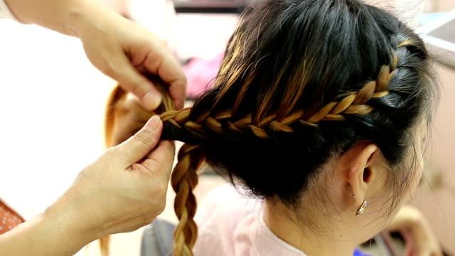 女性編組ヘアスタイルの美容院 - 髪型点の映像素材/bロール