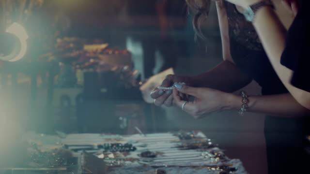 女性ジュエリーの購入 ビデオ
