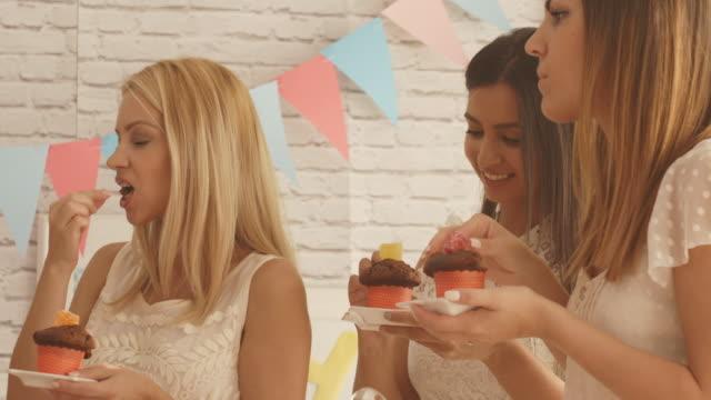 Frauen von der süßen Tabelle auf Baby-Dusche Partei – Video