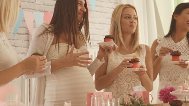 vídeos de stock, filmes e b-roll de festa de mulheres pela tabela doce no chá de bebê - chá de bebê