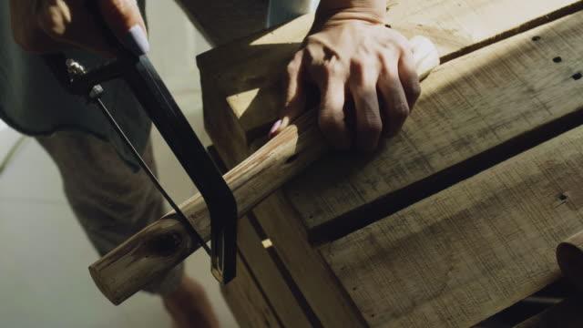 kadın marangoz ahşap el ile testere gördüm - döner lamalı testere stok videoları ve detay görüntü çekimi