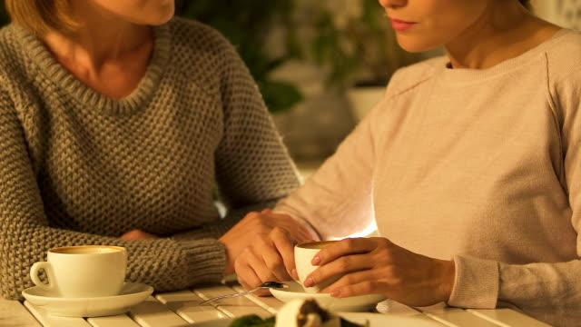 kvinnor chatta över kopp kaffe, stödja i svårigheter, kvinnlig vänskap - coffe with death bildbanksvideor och videomaterial från bakom kulisserna