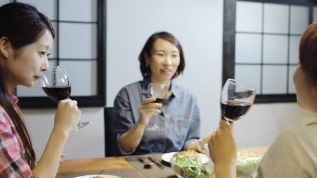 vidéos et rushes de femmes en train de bavarder sur la nourriture et le vin - seulement des japonais