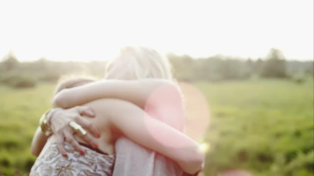 Mujeres alentar al aire libre por hora - vídeo