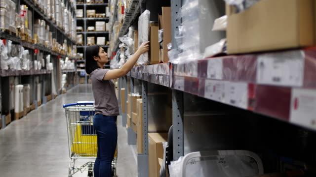 kvinnor väljer produkter i butiken, slowmotion - dagligvaruhandel, hylla, bakgrund, blurred bildbanksvideor och videomaterial från bakom kulisserna