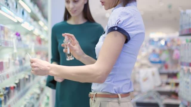 香水を選ぶ女性 - 芳香点の映像素材/bロール