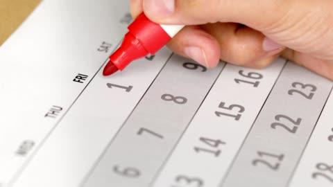 kobiety krążą pierwszy dzień miesiąca i roku w kalendarzu - data filmów i materiałów b-roll