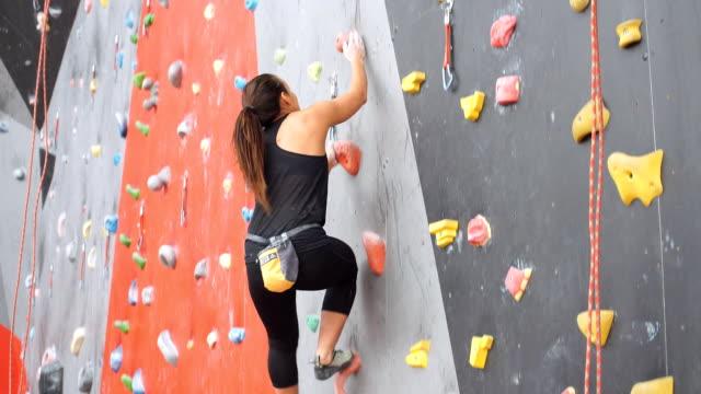 frauen, die an einer wand in einem outdoor-kletterhalle klettern - bouldering stock-videos und b-roll-filmmaterial