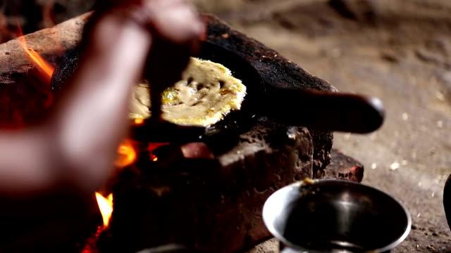 Mulheres cozinhando no fogão de barro - vídeo