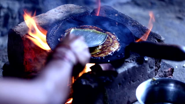 women cooking on mud stove - formare pane video stock e b–roll