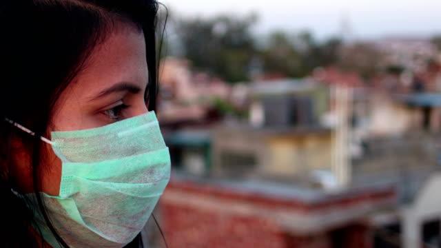 Mulheres cobrindo seu rosto com máscara de poluição para proteção contra vírus - vídeo