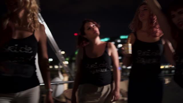 As mulheres dançar e comemorar em um barco - vídeo