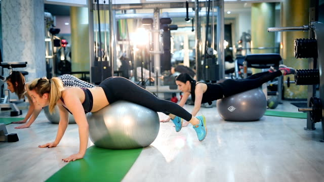 women doing exercises with fit ball in fitness gym - donna forzuta video stock e b–roll