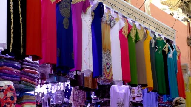 abiti donna a marrakech marrakech mercato - souk video stock e b–roll