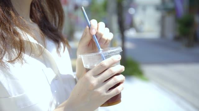 kvinnor dricker kaffe med sina halmstrån - sugrör bildbanksvideor och videomaterial från bakom kulisserna