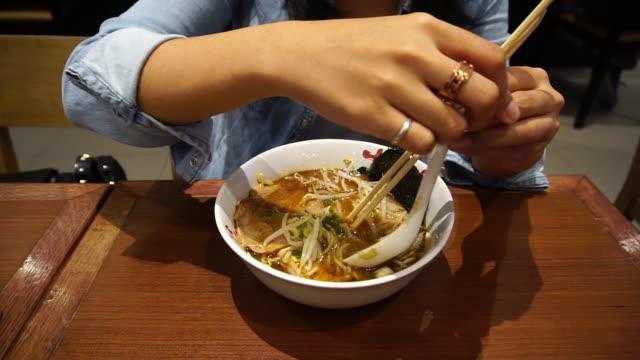 stockvideo's en b-roll-footage met vrouwen eten japan ramen noodle - woman very rich